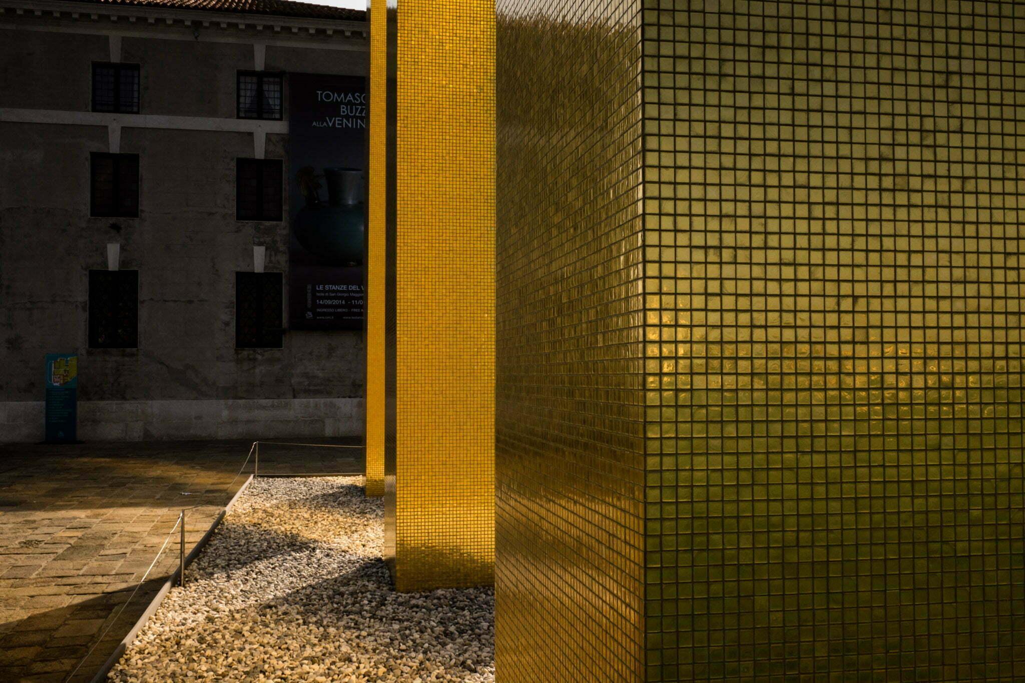 venice-architecture-biennale-2014-golden-columns-7793